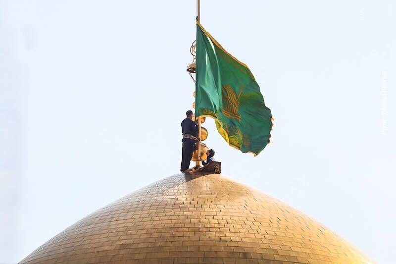 خبرنگاران پرچم گنبد حرم مطهر رضوی به رنگ سبز درآمد
